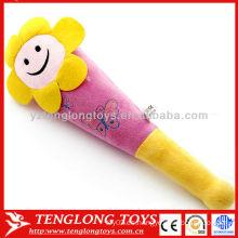 La cara caliente de la sonrisa de la flor de la venta juega los palillos suaves de la felpa