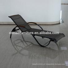 Sala de estar empilhável do Chaise da malha do jardim com o braço da madeira da teca