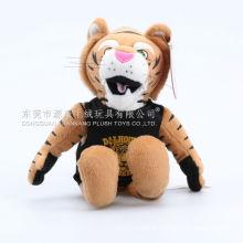 Tigre de pelúcia doce e adorável com t-shirt preta