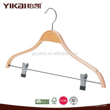 Cintre en bois stratifié avec des encoches et des clips en métal pour un pendentif pour pantalons