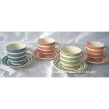 Ensemble de tasse et soucoupe en céramique coloré