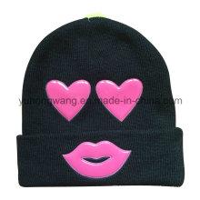 La manera hizo punto el sombrero / la tapa de la gorrita tejida del invierno con el remiendo del PVC