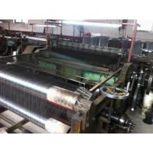 Machine à mailles métalliques produisant un tissu métallique noir