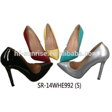 Zapatos atractivos de la señora de las mujeres con el alto talón