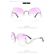 Gafas de sol de mujer de moda en tinte rosa. Gafas vintage sin montura de gran tamaño.