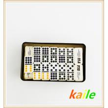 Doppelte neun bunte Domino-Packung in der Blechdose