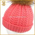 Los cabritos hechos a mano por encargo de la fábrica hicieron punto el sombrero del invierno de la gorrita tejida