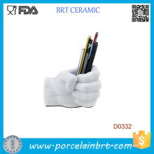 Récipient de stylo en céramique de forme de main blanche