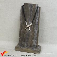 Exibição Handmade da jóia de madeira