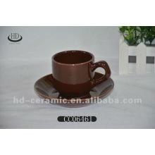Copo de café e pires de cor cerâmica
