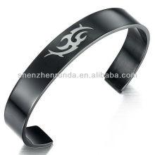 Venta al por mayor personalizado grabado LOGO brazaletes negro plateado joyas de acero inoxidable para hombres pulsera