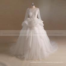 Robe de mariée royale et fantaisie de fiançailles et de dentelle avec un long train