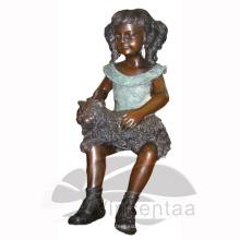 Menina de bronze com a estátua do gato