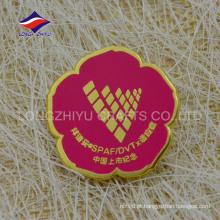 Emblema corporativo criativo dos presentes comemorativos em forma de flor vermelha