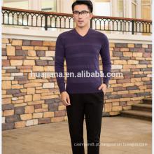 suéter de caxemira de cor roxa do homem