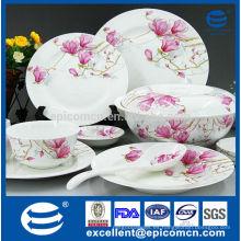 Flor de flor de color rosa en la mesa de servicio de vajilla china nuevo hueso