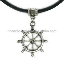 El encanto al por mayor de la manera envía el collar de cuero griego de la rueda para las mujeres