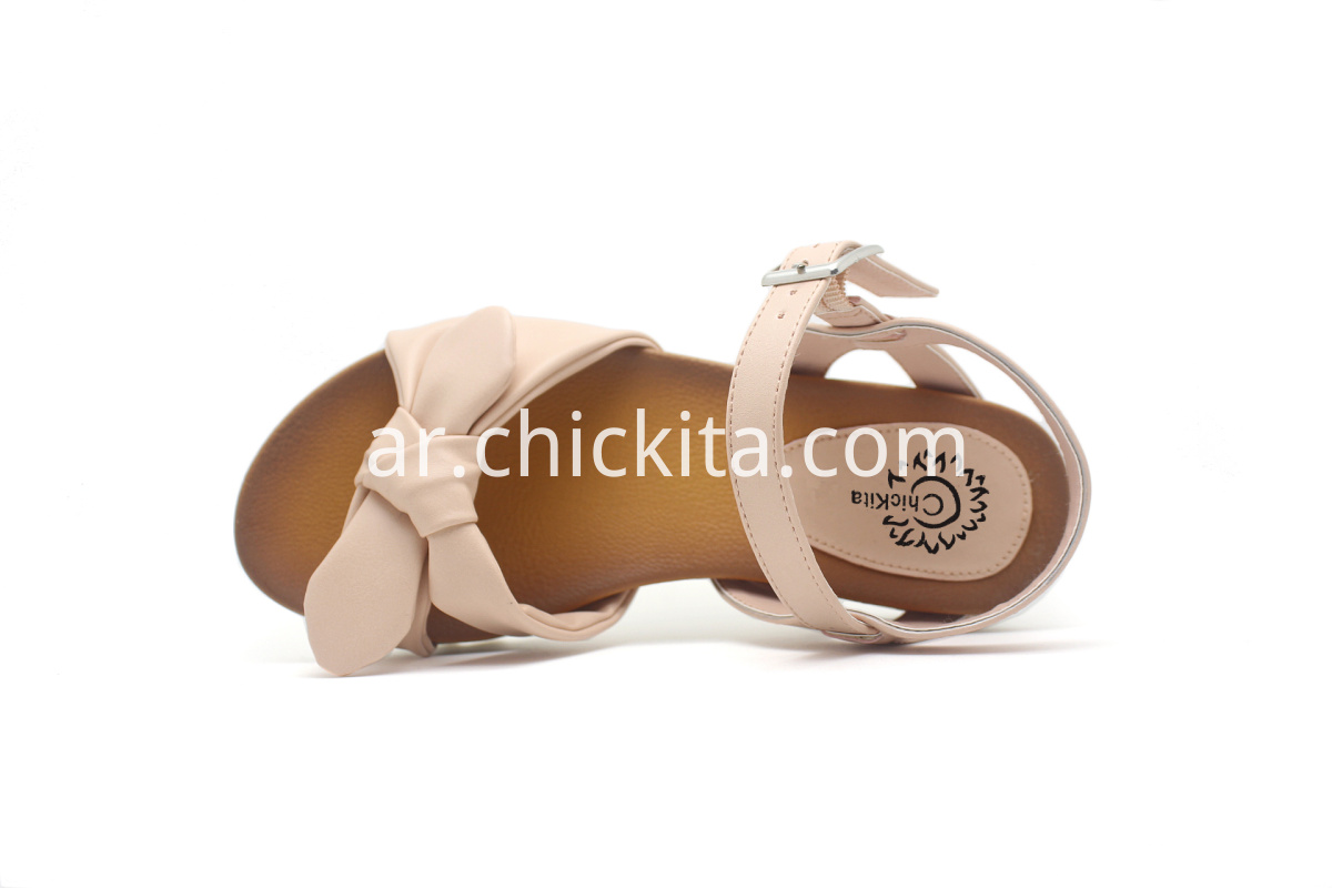 Open toe sandals style in soft natural bow upper