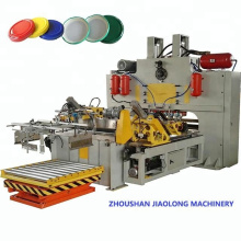 Schrauben Sie den oberen Metalldeckel / die Kappe ab, die Maschine herstellt