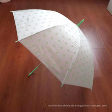 Regenschirme mit einem schwarzen Tupfenmuster