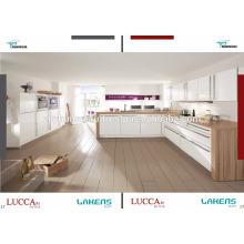 Gabinete de cozinha com porta de pvc de alto brilho e bancada de madeira
