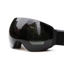 Черные лыжные защитные очки на открытом воздухе