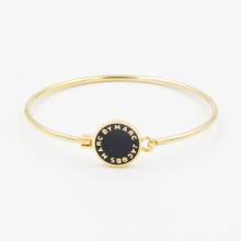 Bracelet simple de mode avec la pièce faite sur commande et le fond d'émail