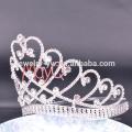 A coroa de cristal grande alta da tiara grande da representação grande do estilo o mais novo