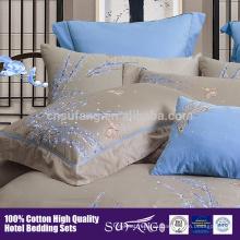 2017 Amazon Venta Caliente de alta calidad de alta densidad de satén coton cinco inicio Hotel ropa de cama Bordado Patrón de Flores Juego de Cama