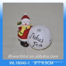 Decoración de cerámica de la bola de la nieve de la Navidad con la estatuilla del muñeco de nieve