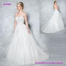 Vestido de boda de tul en capas con vestido de novia con una blusa de novia resplandeciente y glamorosa con una delicada parte posterior y botones de ilusión