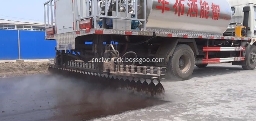 bitumen sprayer engine working