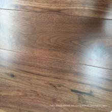 Suelo de madera natural de la nuez sólida