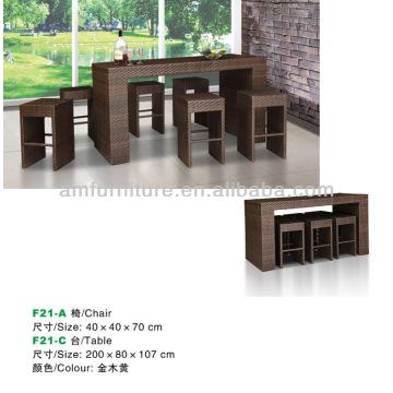 Esstisch und Stuhl aus Rattan