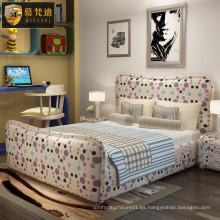 Cama bastante colorida del dormitorio del cabrito lindo