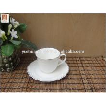 Copo de cerâmica branca e pires com jante de ouro decalque simples