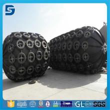 Las defensas de Yokohama usadas de goma neumáticas con la red de la cadena del neumático