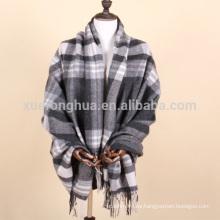 uso en el hogar manta de lana escocesa gris y blanca