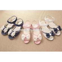 O verão bonito da princesa caçoa sandálias para meninas com o bowtie para fora