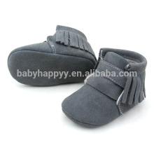 El niño del bebé calza los cargadores de cuero del invierno de los cabritos o los cargadores de la manera para los cabritos