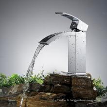Robinet d'évier de salle de bains moderne monté sur le pont mitigeur en laiton chromé mitigeur