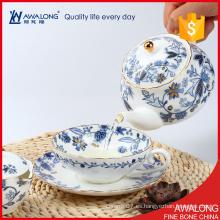 La flor blanca y azul del color del sistema de té de la manera exquisita descalcificó la porcelana fina usada de hueso
