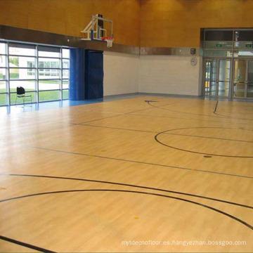 El deporte profesional utilizó el suelo de madera de la yarda de baloncesto interior del roble