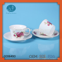 Ensemble de thé à imprimer, tasse mordern et soucoupe avec motif de fleurs, tasse à café et soucoupe avec jante en or