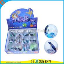 Juguete de alta calidad de juguete de caucho 65 mm pingüino de agua intermitente pelota inflable