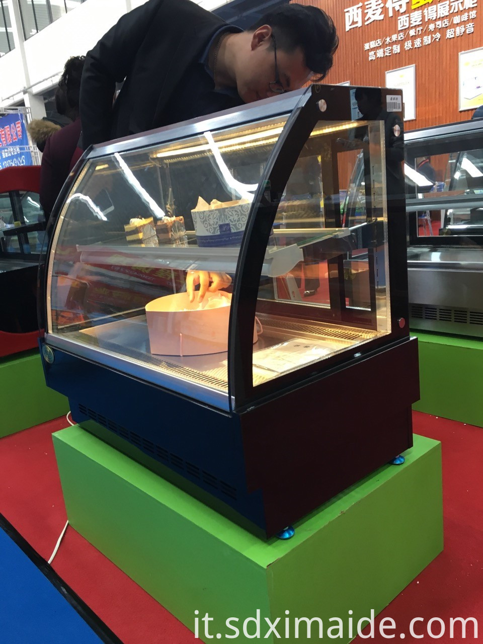 cake refrigerated display showcase
