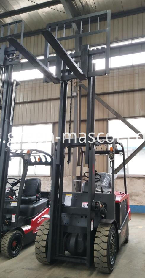 Battery operated hydraulic lifting truck