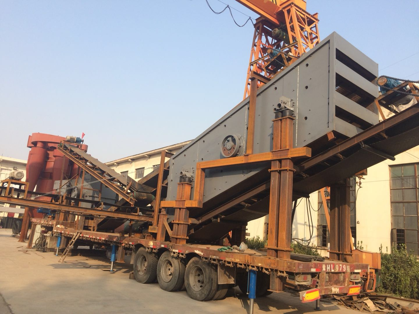 Mobile sand crushing station