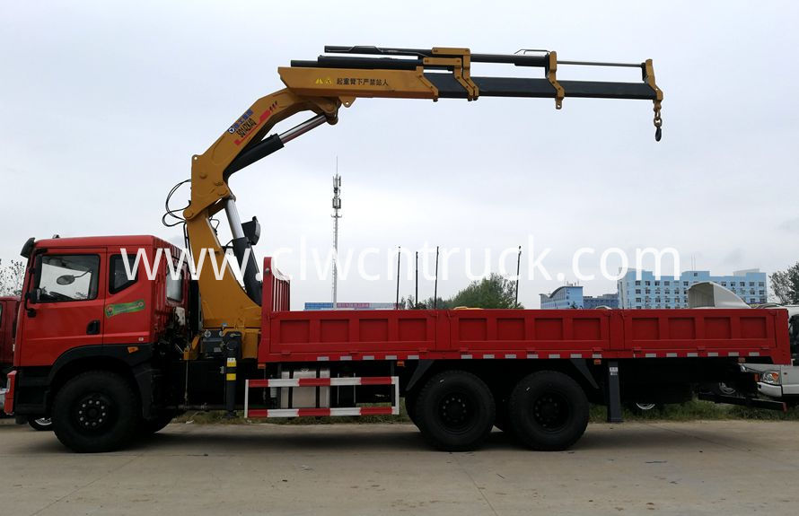 knuckle boom crane on truck chassis 1