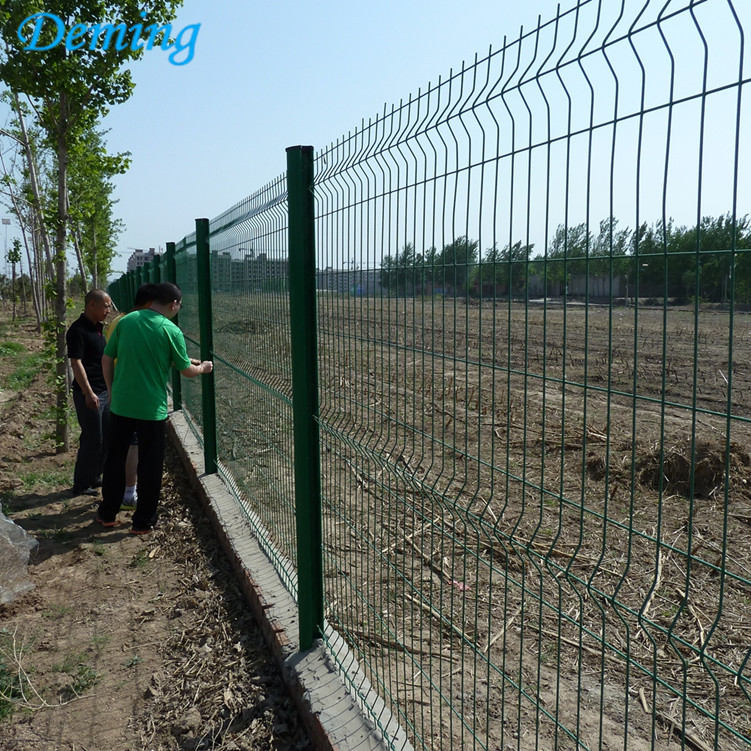 Welded wire mesh panel triangle bending fences
